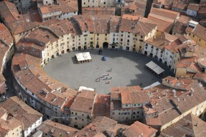 Piazza-Anfiteatro-a-Lucca-53074-24711497